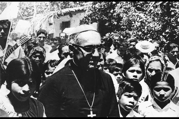 Archbishop_Oscaro_Romero_with_young_people_in_El_Salvador_in_this_undated_file_photo_Photo_courtesy_of_Arzobispado_de_San_Salvador_Oficina_de_la_Causa_de_Canonizacion_CNA_2_4_15